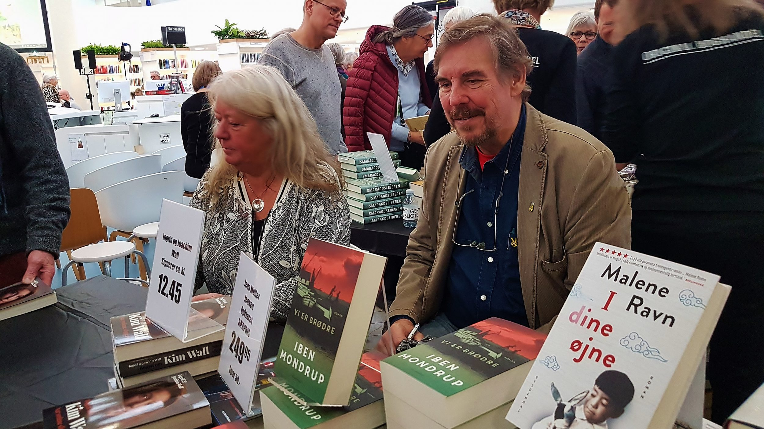 Ingrid og Joachim Wall signere deres bog om Kim Wall Foto: IDM