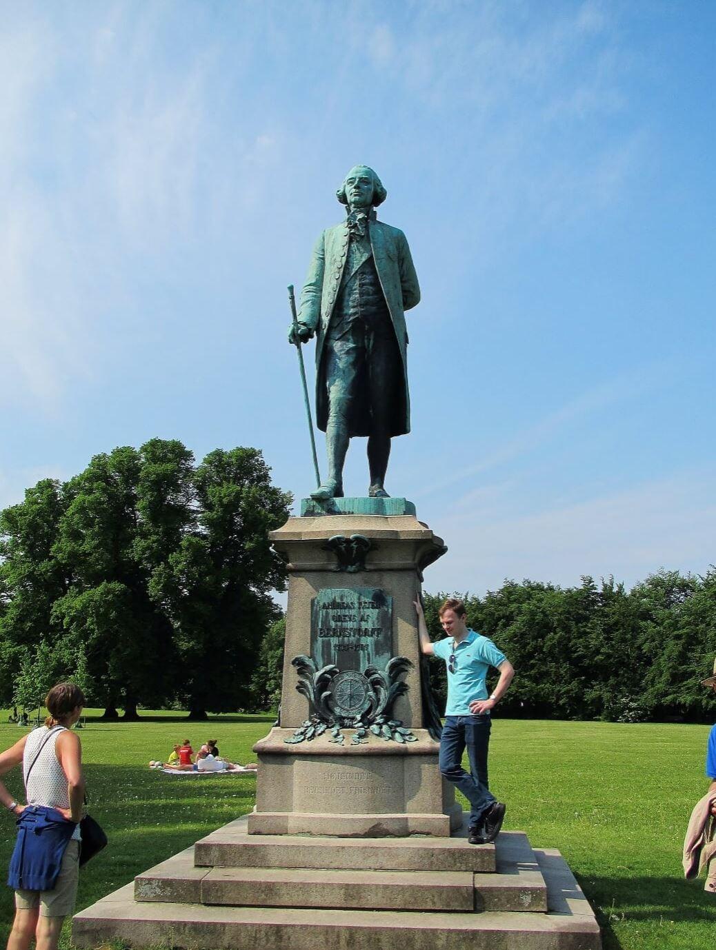 Christian foran statuen af Bernstorff.
