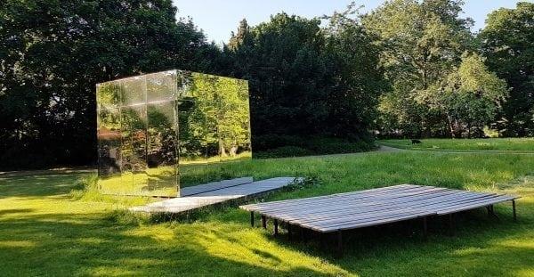 Besøg spejlscenen i Øregårdsparken.