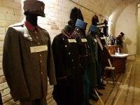 Militære uniformer på Garderhøjfortet Foto: IDM